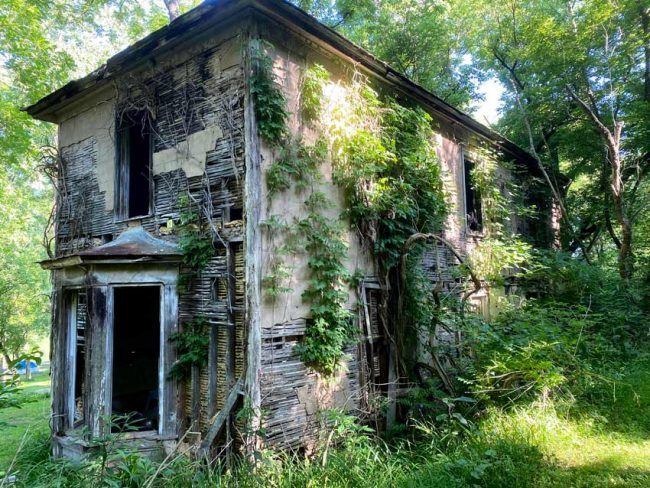 Wish we knew the story on this house along the trail. We're told it was abandoned when the land was claimed to create New River Trail State Park.